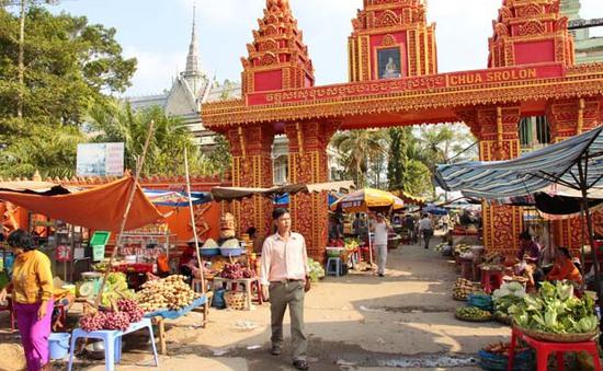 Chợ mọc trong chùa