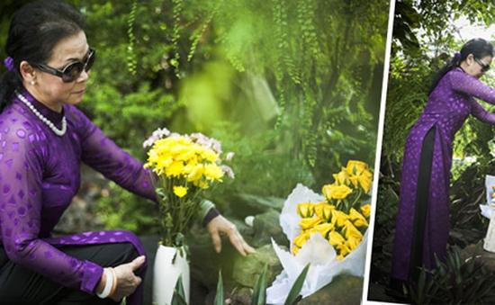Ca sĩ Khánh Ly tặng nhạc sĩ Trịnh Công Sơn hoa hồng vàng