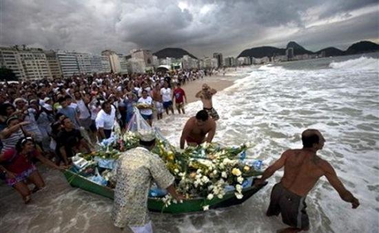 Brazil: Người dân nhảy múa trên bãi biển đón năm mới