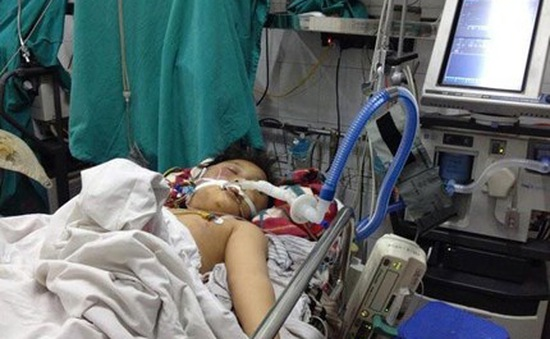 Cháu bé bị bố đánh bằng điếu cày đã tử vong