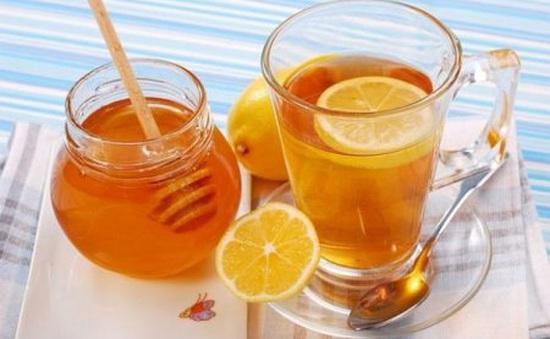 Uống nước chanh pha chút mật ong giúp đào thải virus sởi