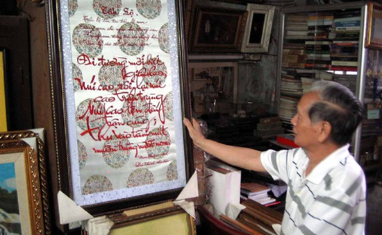 Nghệ nhân thêu bài thơ Bác Hồ nhận kỷ lục Việt Nam