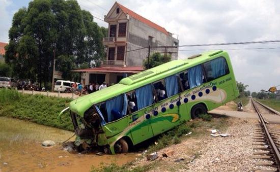 Tông vào tàu hỏa, xe khách Bắc Giang lao thẳng xuống ruộng