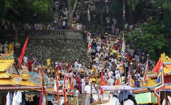 TT-Huế: Hàng vạn du khách đến dự Lễ hội Hòn Chén 2014