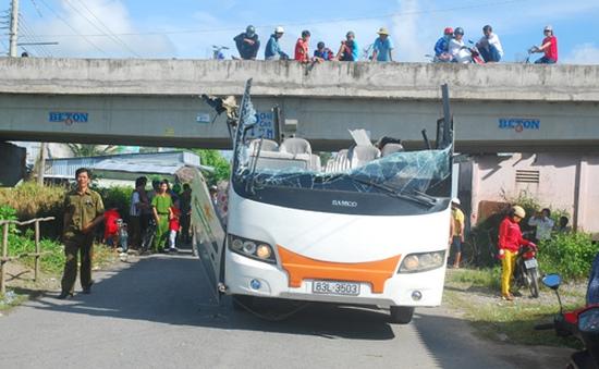 Không chui lọt gầm cầu vượt, nóc xe khách bị hất tung