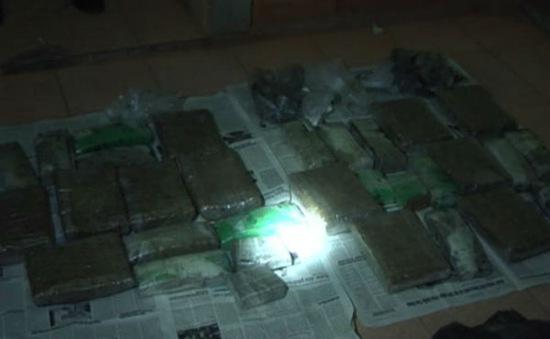 Quảng Trị: Bắt vụ vận chuyển cần sa khô và ma túy đá