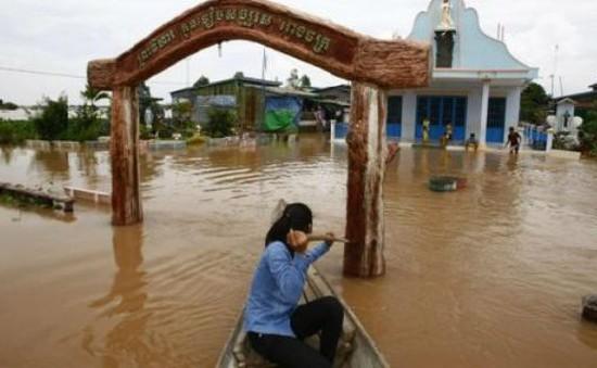 Nước lũ hoành hành ở Campuchia