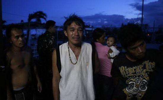 Người dân Philippines vơ vét thức ăn trong bãi rác