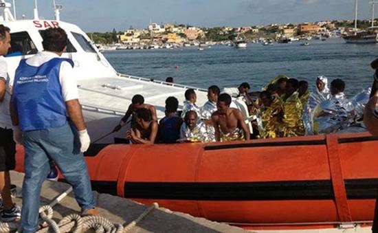 Hải quân Italy cứu hơn 100 người nhập cư gặp nạn trên biển
