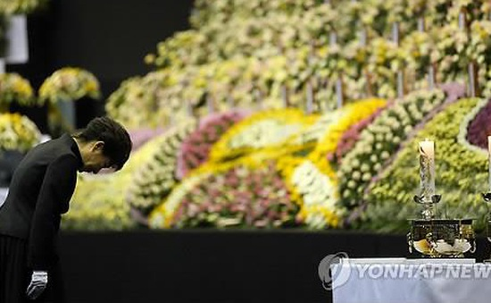 Tổng thống Hàn Quốc tưởng nhớ các nạn nhân chìm phà