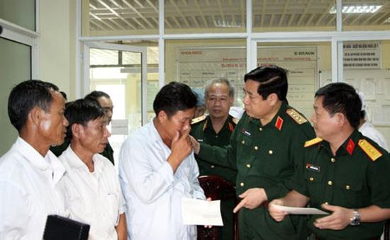 Bộ trưởng Phùng Quang Thanh thăm các chiến sỹ bị thương trong vụ máy bay rơi