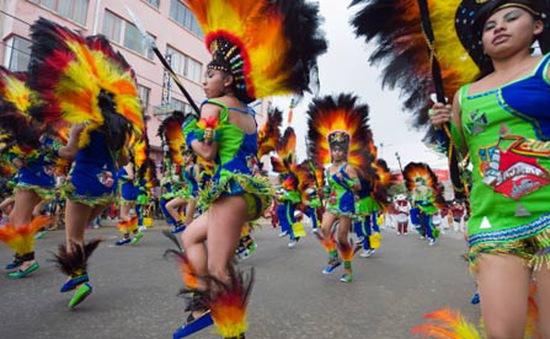 Rực rỡ lễ hội Quốc khánh tại Bolivia