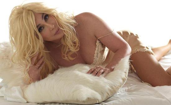 """""""Lão bà"""" Cher tóc vàng hoe, diện nội y trên bìa album mới"""