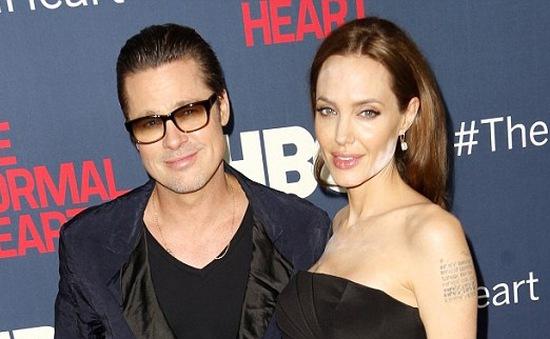 Những vệt trắng loang lổ trên mặt Angelina Jolie: Là thật hay do photoshop?