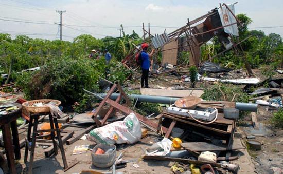 TP.HCM: Lốc gió làm 250 căn nhà sập và tốc mái