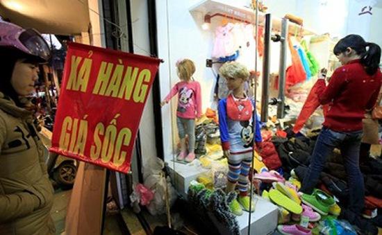 Đủ chiêu khuyến mãi, nhiều shop thời trang vẫn không... hút khách