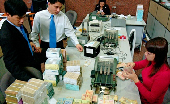 Dư thừa vốn, nhiều ngân hàng giảm lãi suất