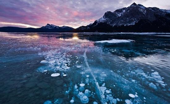 Nhìn thấu hồ nước đóng băng ở Canada