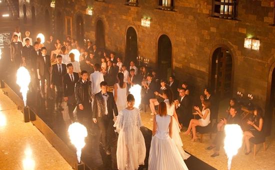 VNTM 2013: Top 18 lúng túng khi catwalk với lửa