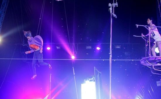 VNTM 2013 tập 8: Thí sinh treo mình tạo dáng ở rạp xiếc