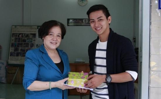 """Hoài Lâm trích giải thưởng ở """"Gương mặt thân quen"""" làm từ thiện"""