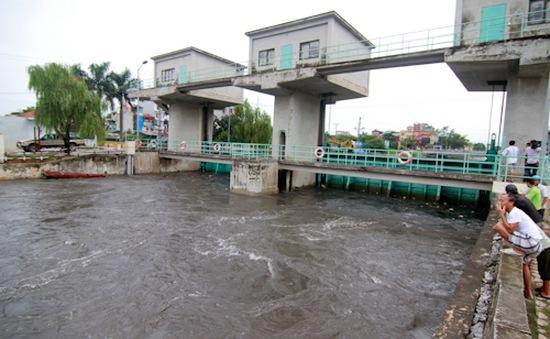 Xả nước sông Nhuệ ra sông Hồng