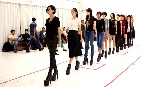 Hoàng Thùy mặt mộc tập catwalk