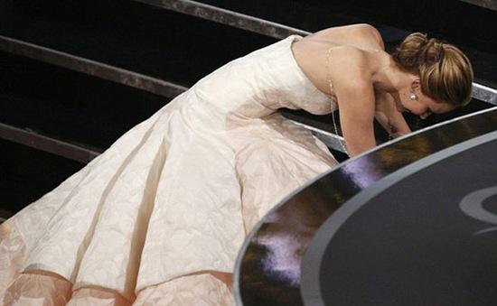 Jennifer Lawrence 'vồ ếch' khi lên nhận giải Oscar