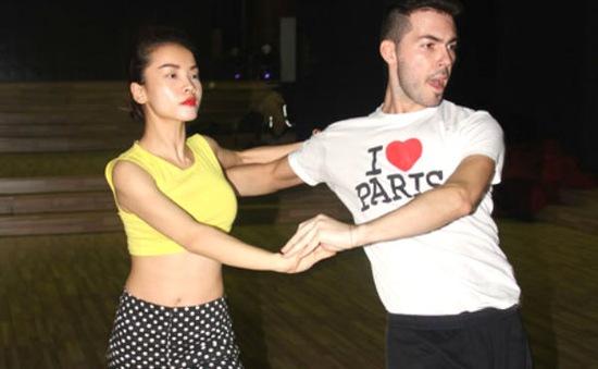 """Yến Trang bị """"khóa môi"""" trên sân khấu Bước nhảy hoàn vũ?"""