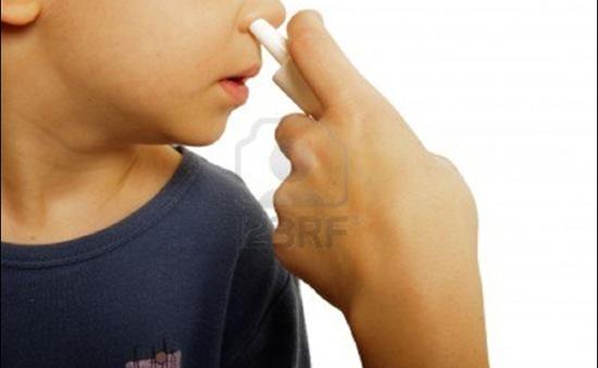 Thuốc nhỏ mũi cho trẻ nhỏ: Dùng thế nào cho đúng?