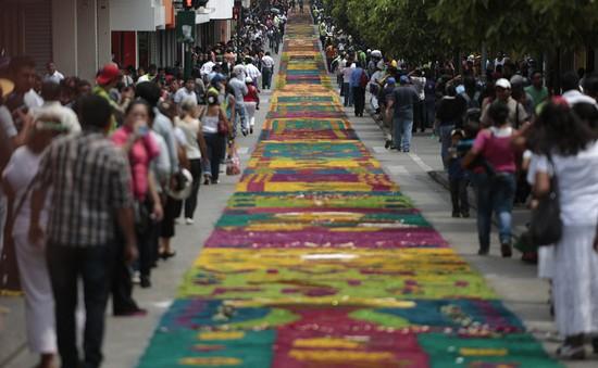 Guatemala: Thảm mùn cưa khổng lồ chào mừng lễ Phục sinh