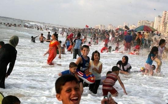 Lớp học trên bờ biển khuyến khích trẻ đọc sách