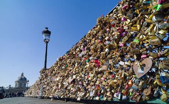 Cầu nghệ thuật Paris sẽ đổ gãy vì khóa tình yêu?