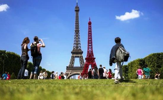 Độc đáo mô hình tháp Eiffel bằng ghế công viên