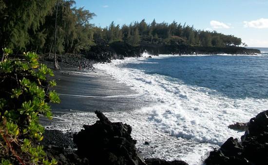 """Bãi biển cát đen - """"Đặc sản"""" tuyệt vời của quần đảo Hawaii"""