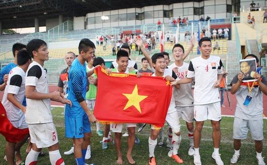 U19 VN ăn mừng chiến thắng với ảnh Đại tướng Võ Nguyên Giáp
