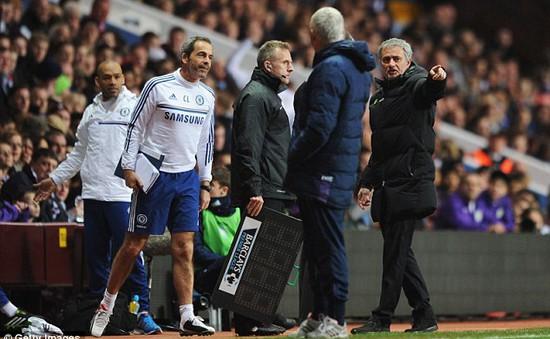 """Chelsea bại trận, Mourinho """"chiến"""" với trọng tài"""