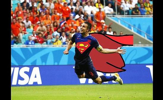 """Ảnh chế """"siêu nhân"""" Persie sau chiến thắng lịch sử của Hà Lan"""