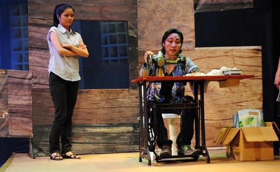 Xem nhà thiết kế Sỹ Hoàng làm giang hồ trên sân khấu kịch