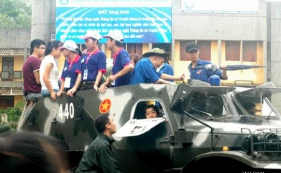 Xe quân dụng lội nước chở thí sinh đến điểm thi