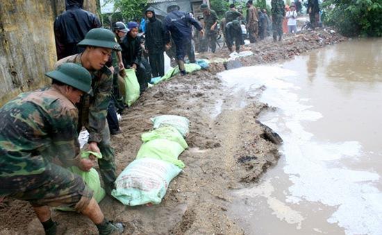 Hà Nội: Nước sông Nhuệ tràn đê