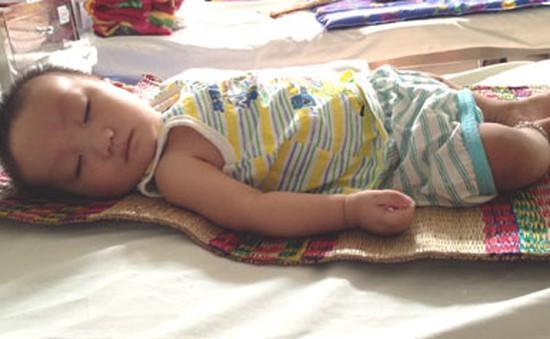 Bé 7 tháng tuổi mong manh sự sống