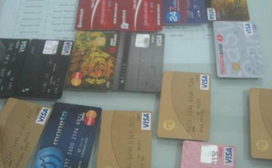 Bắt giữ đường dây làm thẻ thanh toán giả xuyên quốc gia