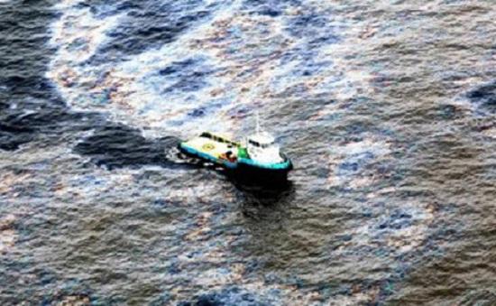 Hơn 2.000 lít dầu FO đã tràn ra biển Quảng Ngãi