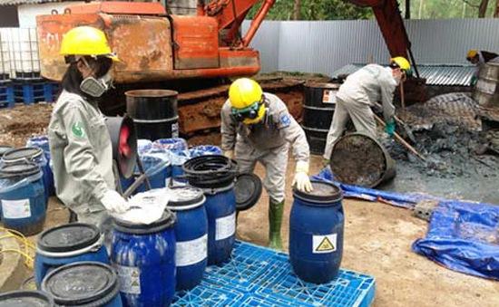 Vụ chôn thuốc trừ sâu: Khai quật 2,5 tấn vẫn chưa hết