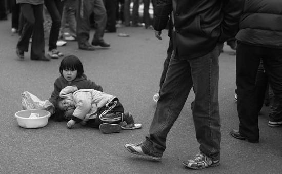 Ép buộc trẻ em đi xin ăn sẽ bị xử phạt 15 triệu đồng