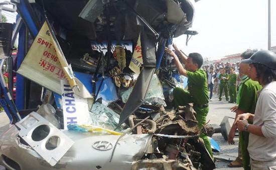 Xe khách đâm vào đuôi xe tải, tài xế chết tại chỗ