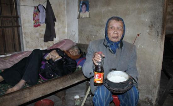Nhói lòng đôi vợ chồng già cô độc co ro trong giá rét