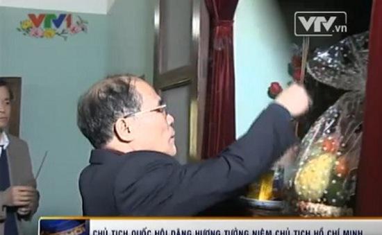 CTQH Nguyễn Sinh Hùng dâng hương, tưởng niệm Chủ tịch Hồ Chí Minh