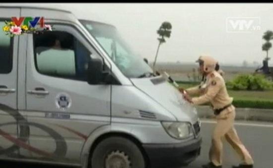 PV gọi điện ứng cứu CSGT bị lái xe khách hất lên mũi xe